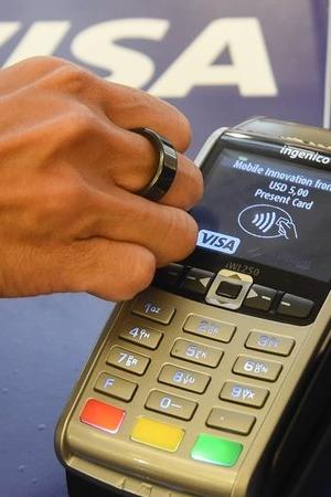 Pierścień NFC zamiast karty kredytowej. Nowy gadżet Visa pozwala płacić ruchem reki